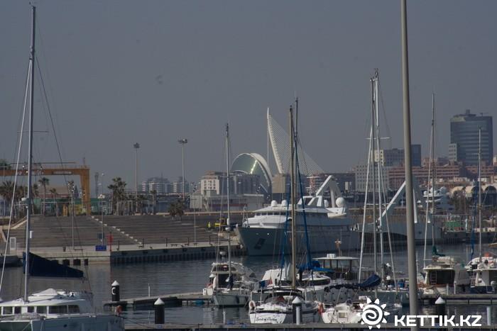 Вид на город со стоянки яхт