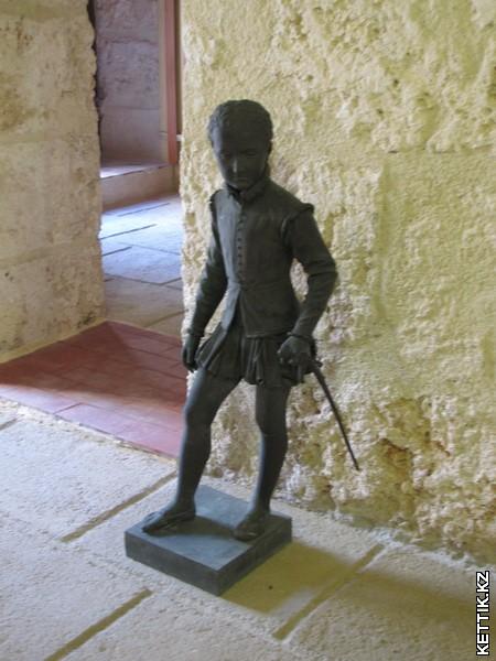 Статуя мальчика