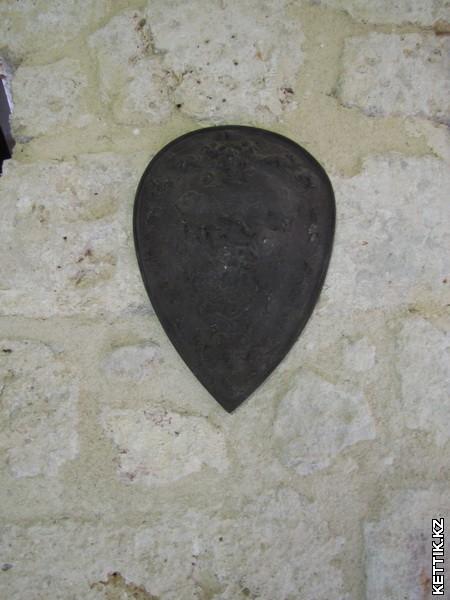 Щит на стене