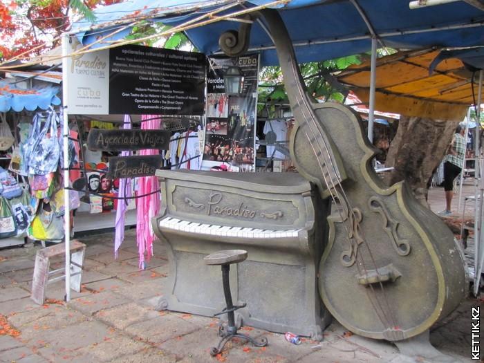 Большая музыкальная статуя