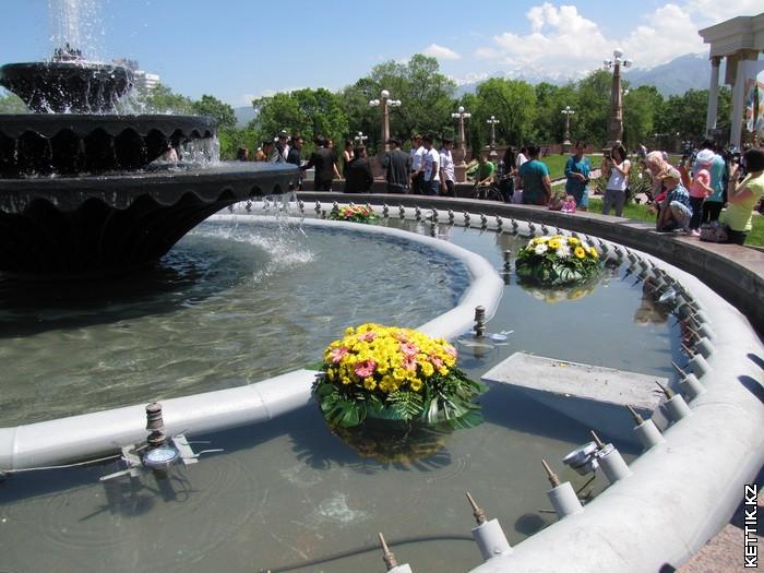 Цветы в фонтане