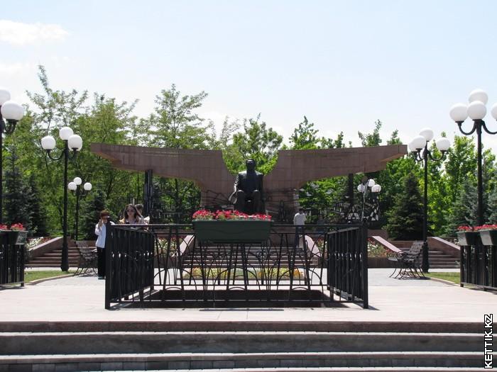 Памятник Назарбаеву