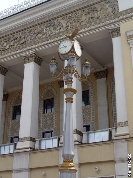 Часы у театра