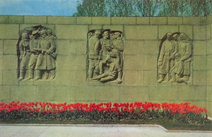 Скульптурные рельефы центральной стелы