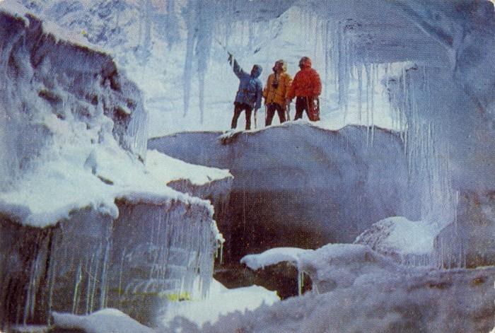 У пещеры ледника Богданович