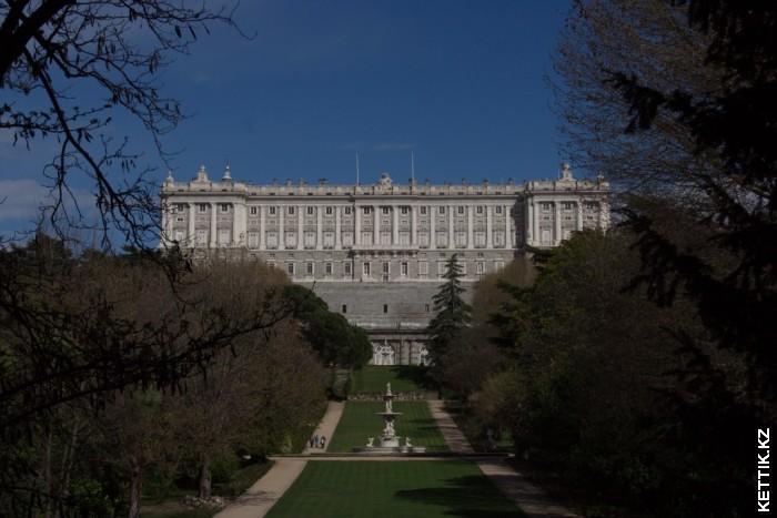 Королевский дворец со стороны парка