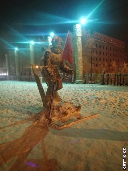 Статуя лыжника