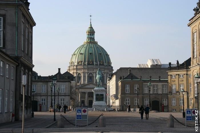 Амалиенборг и церковь