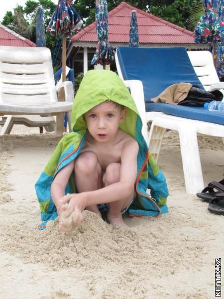 На пляже под дождем
