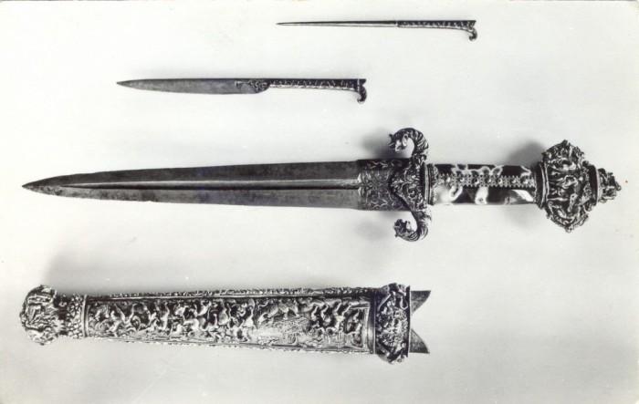 Кинжал и нож