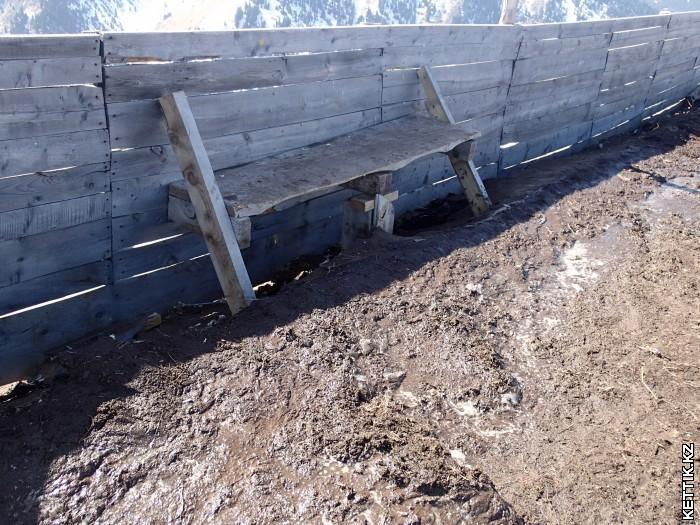 Скамейка в грязи