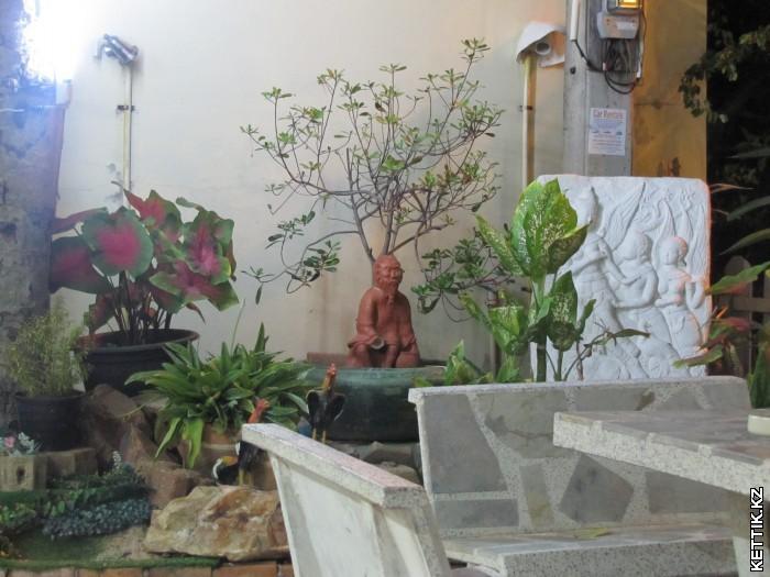 Статуя в кафе