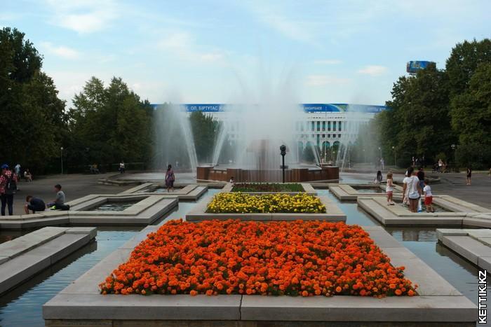 Клумба и фонтан