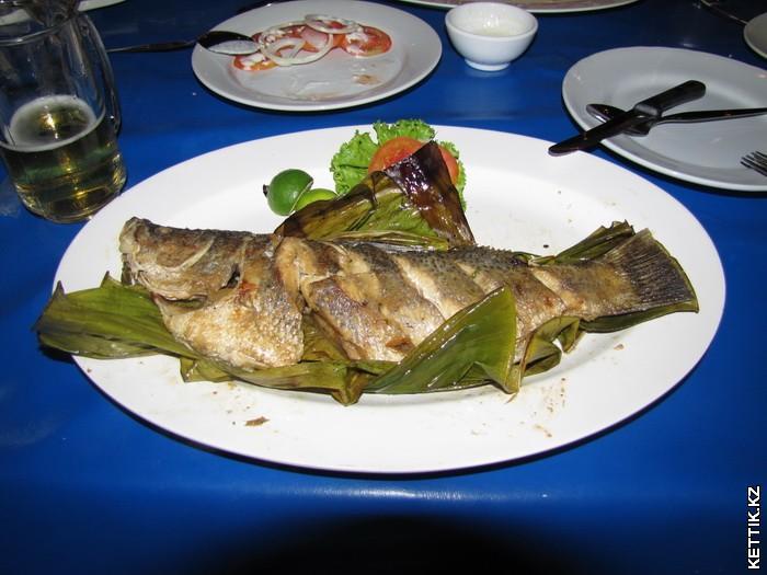 Рыба печеная в листьях