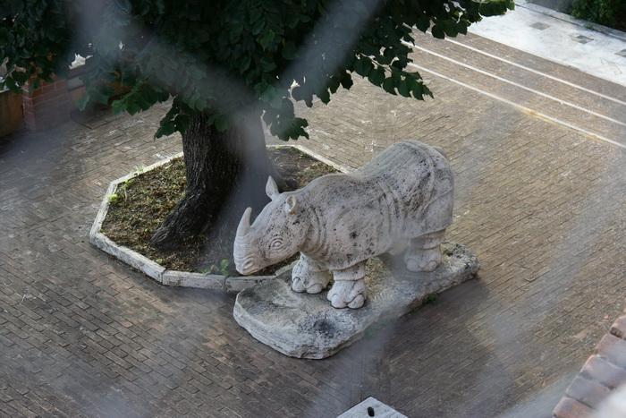 Статуя носорога