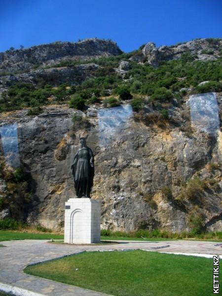 Статую Богородицы