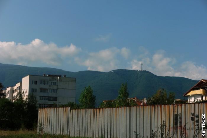 Горы за забором
