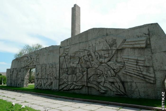 Памятник стена