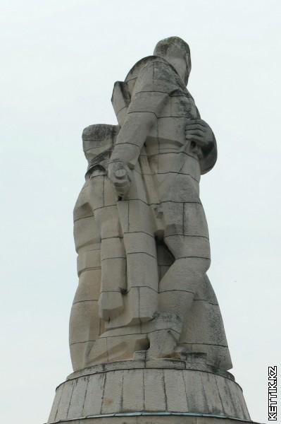 Статуя воинов