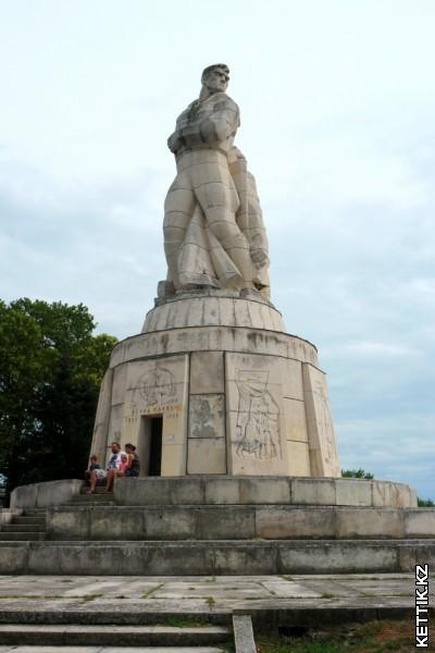 Монумент погибшим борцам