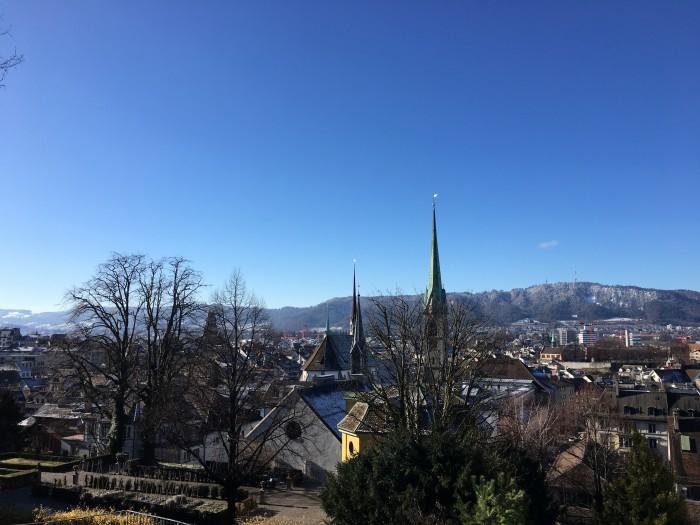 Вид на город с солнцем