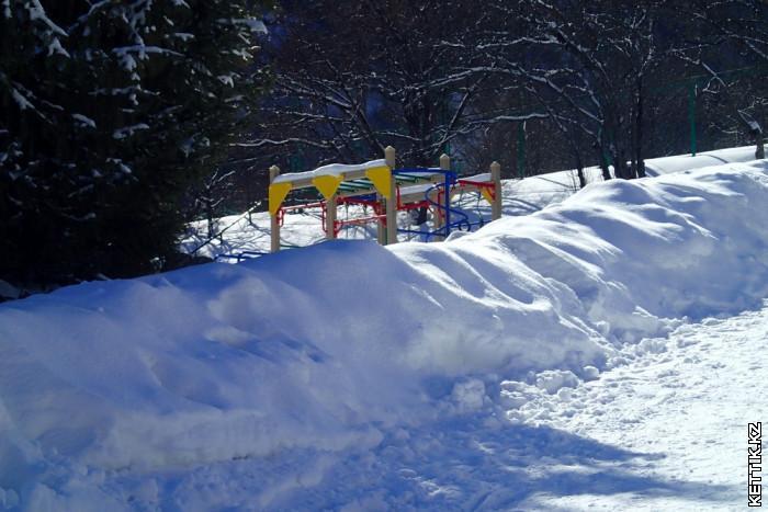 Детская площадка под снегом