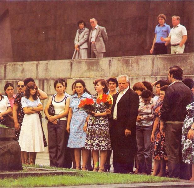 Посетители мемориала